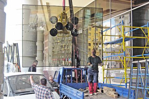 Установка больших стеклопакетов с помощью вакуумной присоски